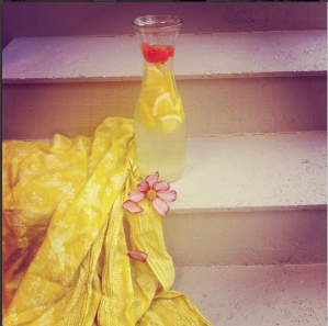 Styling a lemonade with edible flowers