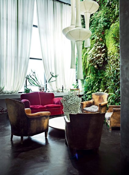 Living wall in the Paris loft of Jean Marc Dimanche, of http://www.maisonparisienne.fr. Photo from: turbulences-deco.fr/un-mur-vegetal-dans-son-salon/2014/10/