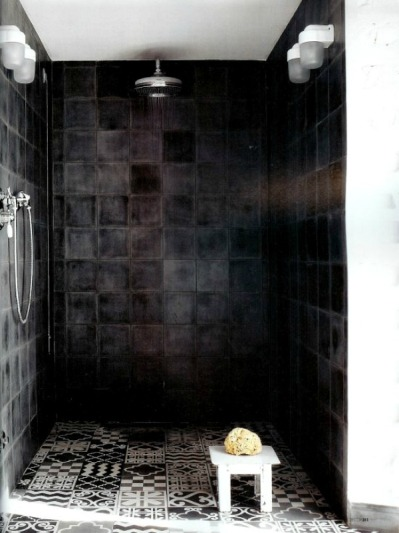 Sensual, dark bathroom with a touch of Oriental on eenigwonen.nl